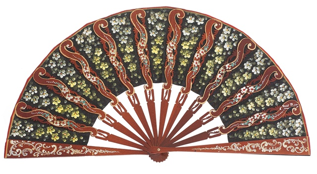 "Hand painted fan with ""damta"" wood 3091NEG"